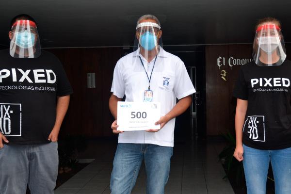 personas con protectores faciales pixed corp